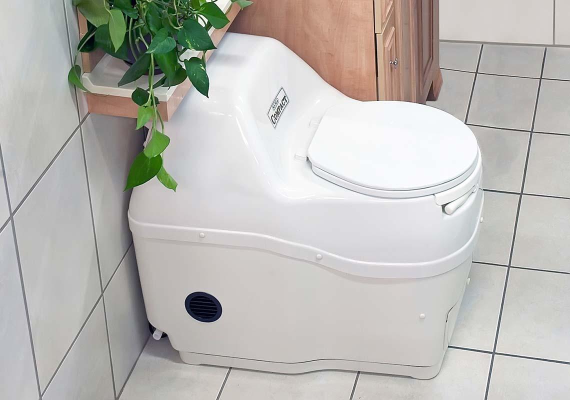 Торфяной туалет на кафельном полу