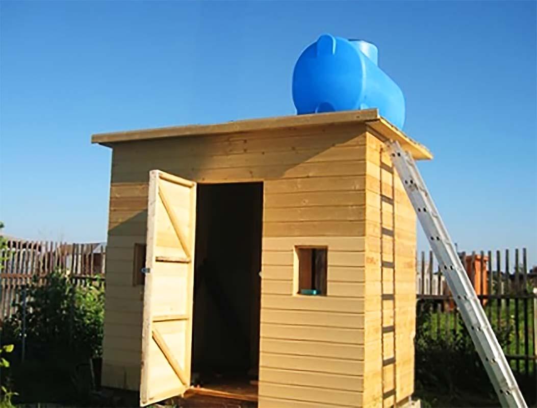 Дачный туалет и емкость сверху