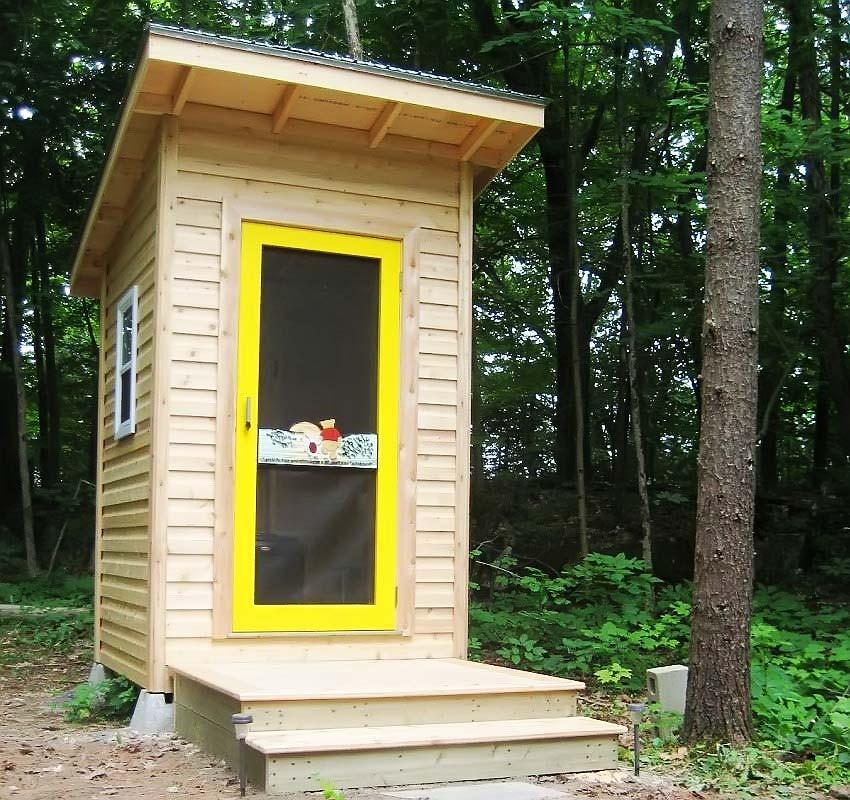 Дачный туалет желтая дверь