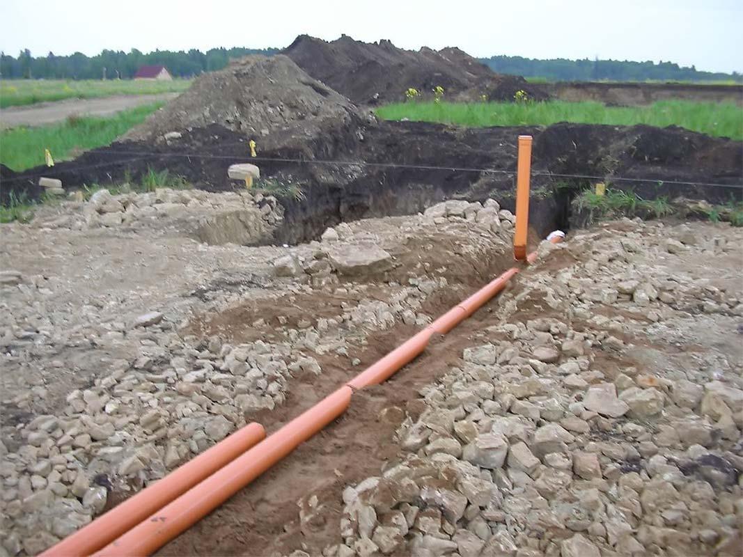 Укладка труб канализации и вентиляции