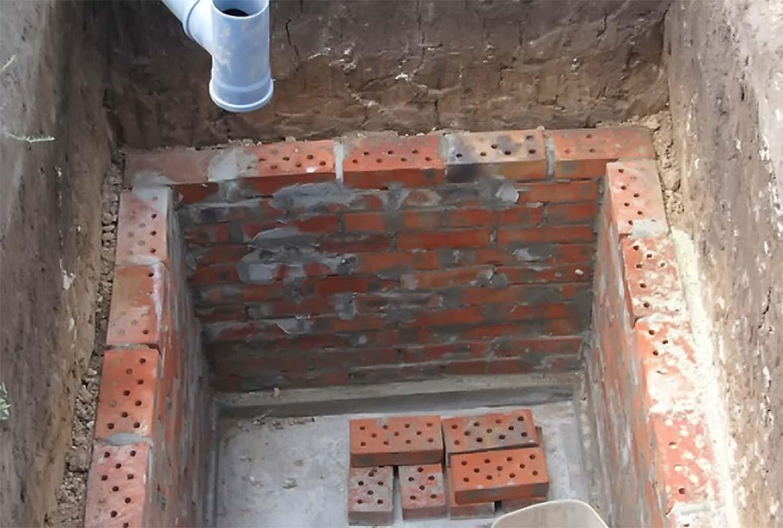 Яма для дачного туалета из кирпича