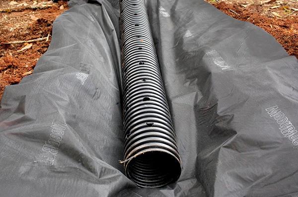 монтаж трубы ливневой канализации